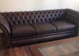Καναπές διθέσιος τριθεσιος τύπου Chesterfield, με ξύλινο σκελετό και επένδυση από δερμα υψηλής ποιότητας